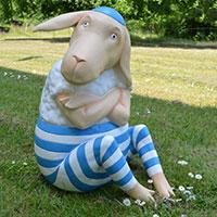 Tolle Tierfigur für Drinnen und Draußen: Lars, das verträumte Schaf