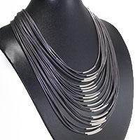 Apartes Collier aus Seidenbändern mit Metallhülsen